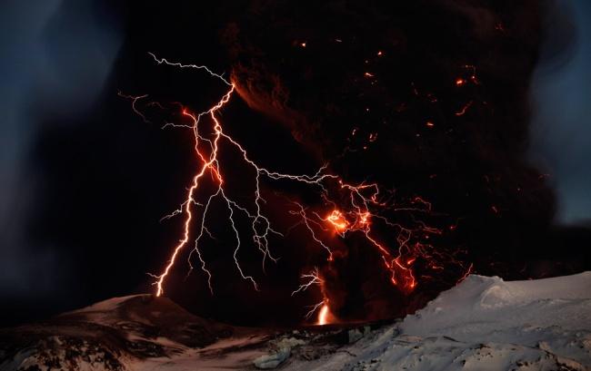 lightning-bolt-vulcano-iceland